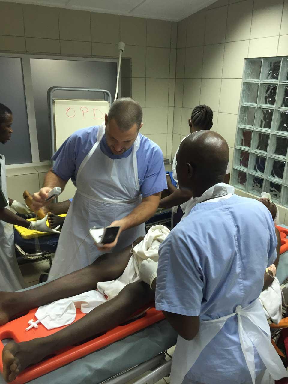 Marco, chirurgo di EMERGENCY in Sierra Leone, al lavoro in pronto soccorso insieme allo staff
