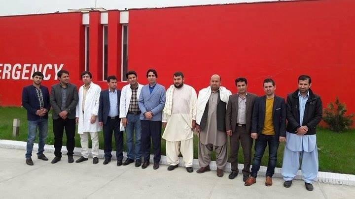 Specializzandi afgani davanti al Centro chirurgico di EMERGENCY a Kabul in Afghanistan