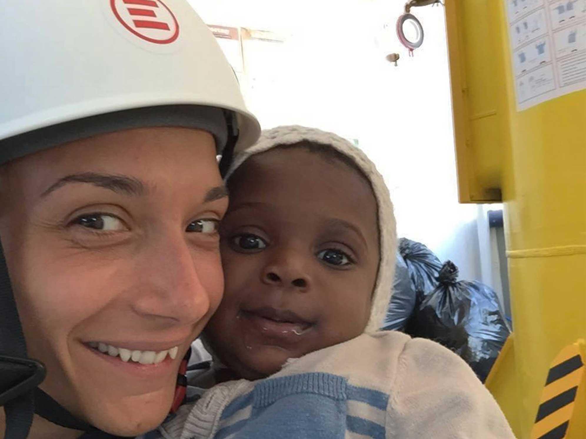 Tijana, infermiera di EMERGENCY, insieme a una piccola bambina salvata