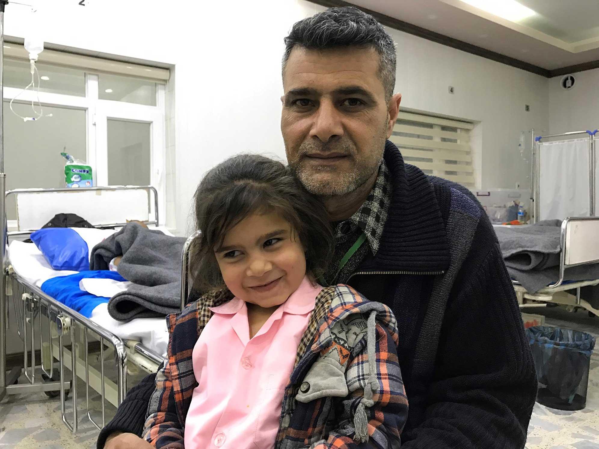 Padre e figlia in una delle corsie dell'Emergency Hospital di Erbil, Iraq