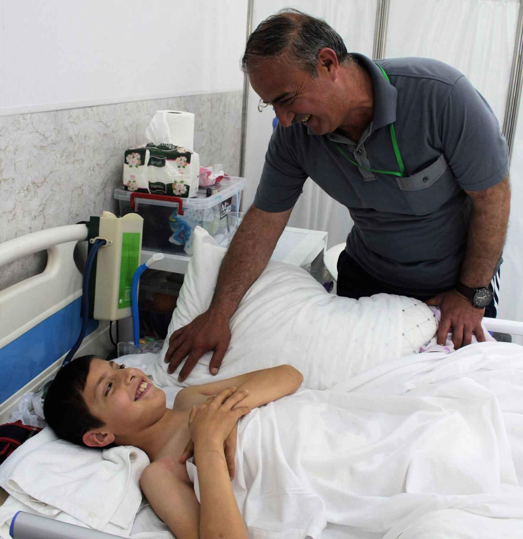 Rayyan e sup papà Tareq nella corsia di degenza dell'Emergency Hospital di Erbil