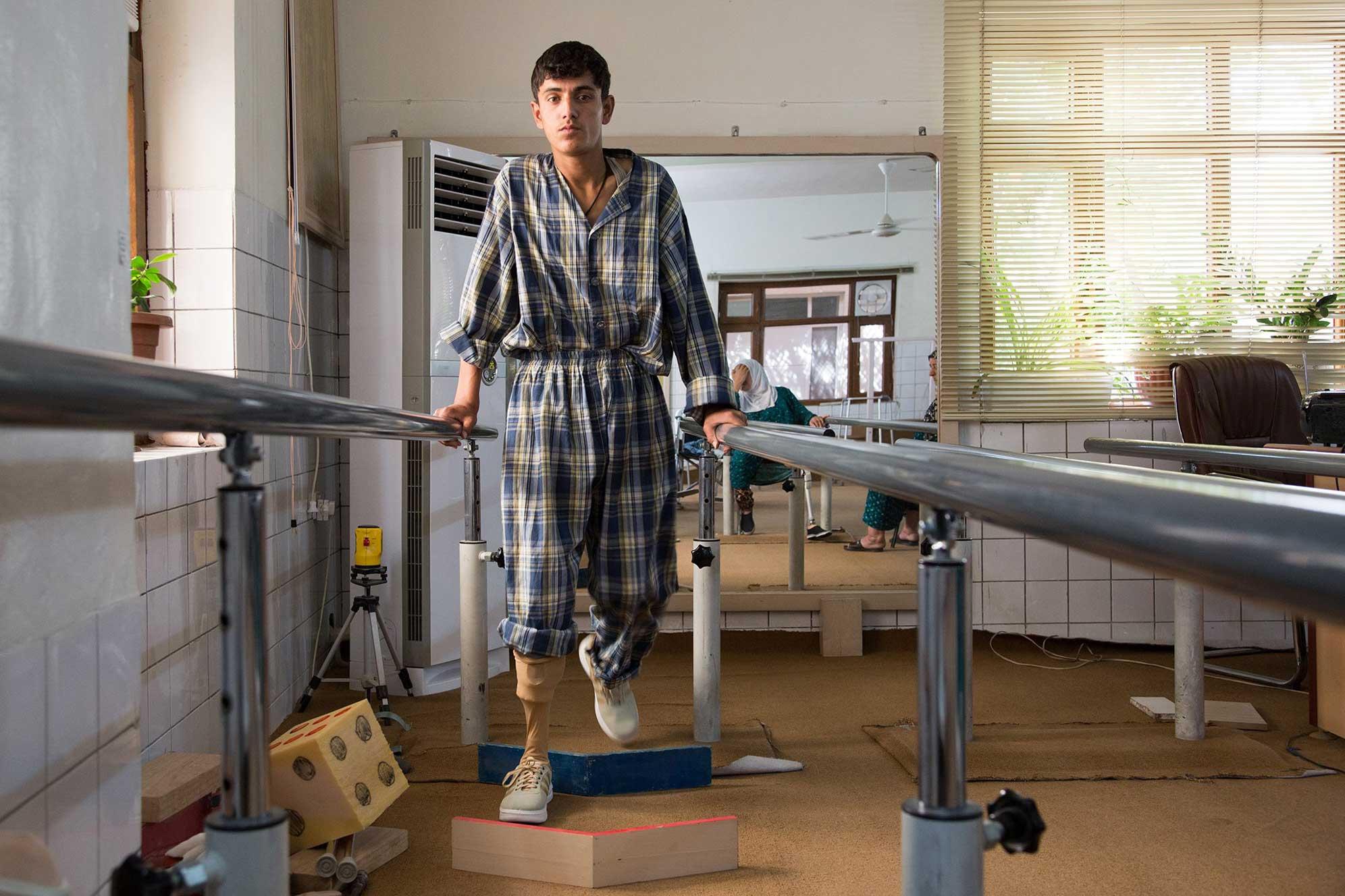 Nella sala fisioterapia del Centro di EMERGENCY a Sulaimaniya, yunus si esercita a usare la sua nuova protesi alla gamba