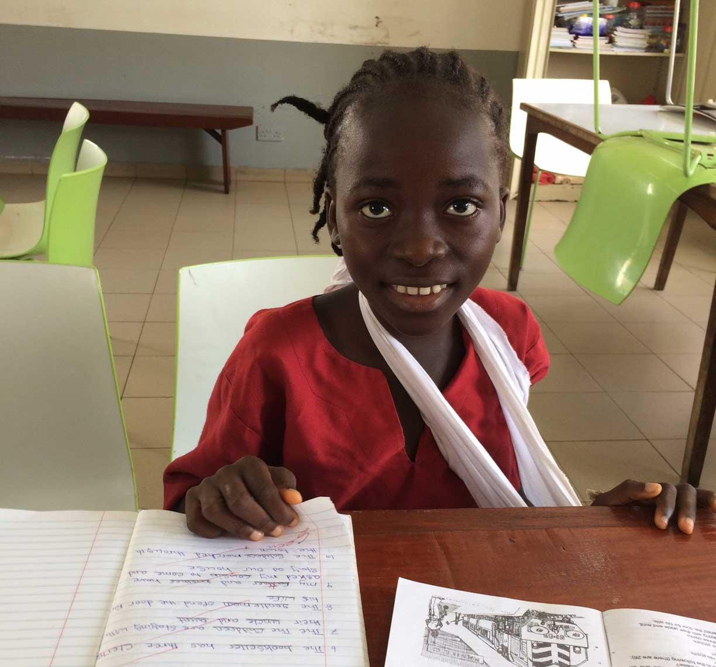Kama Kamara mentre segue una lezione nell'aula scuola dell'ospedale di EMERGENCY a Goderich, in Sierra Leone