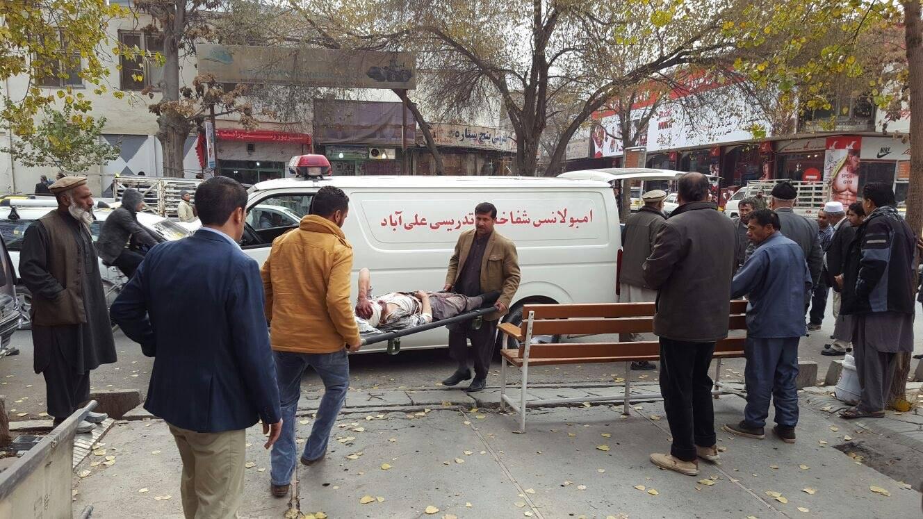 Feriti caricati in ambulanza dopo un attentato a Kabul, in Afghanistan