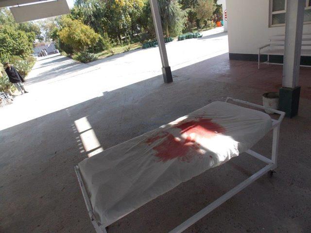Una barella insanguinata all'ingresso del Pronto soccorso dell'ospedale di EMERGENCY a Lashkar-gah, in Afghanistan