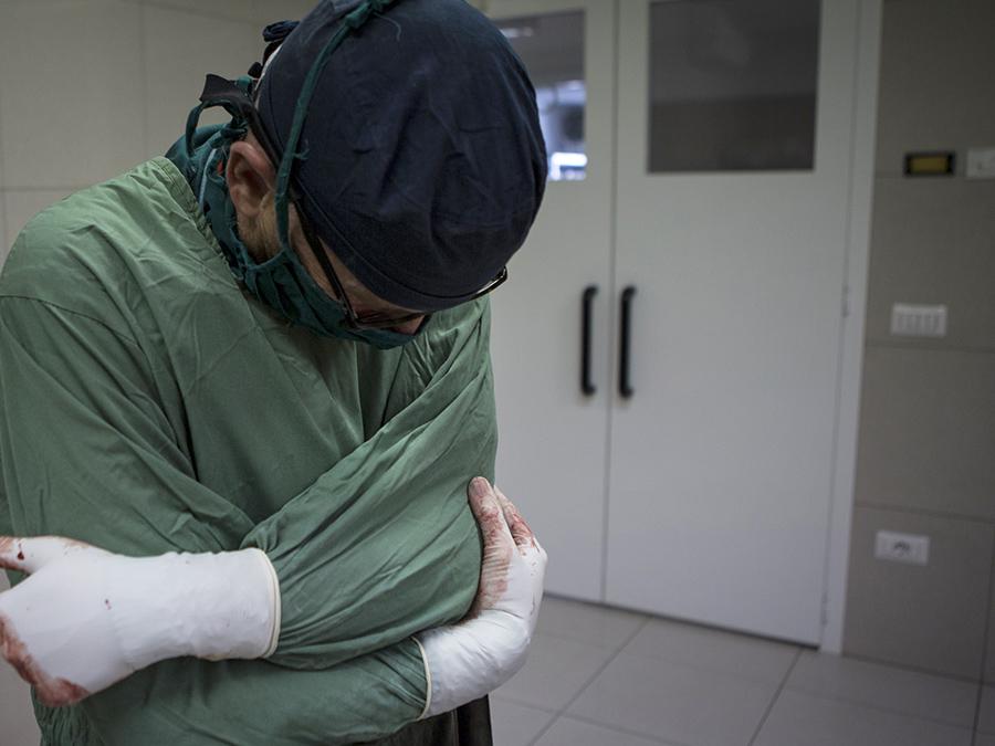 Chirurgo esce dalla sala operatoria del Centro chirurgico di EMERGENCY a Lashkar-gah in Afghanistan