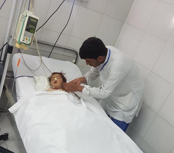 Un infermiere di EMERGENCY si prende cura di Khalid, un bambino di un anno vittima della guerra in Afghanistan