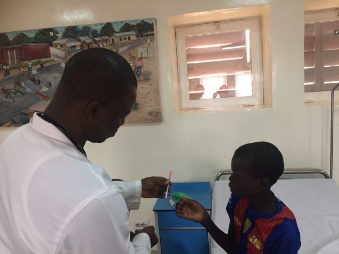 Celestin insieme ai medici del Centro pediatico di EMERGENCY a Bangui