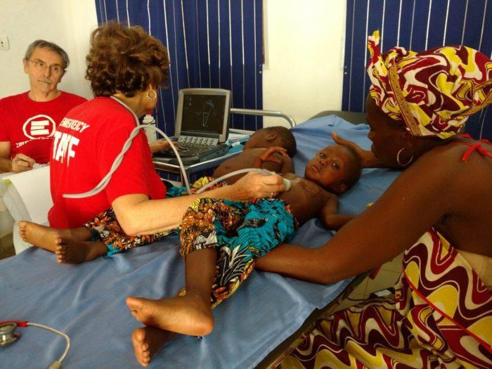 Bienheureux e Sacerdosse durante la visita cardiologica nel Centro pediatrico di Bangui
