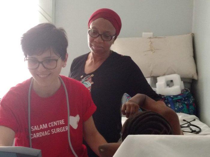 Staff di EMERGENCY insieme a Fidelia durante una visita cardiochirurgica