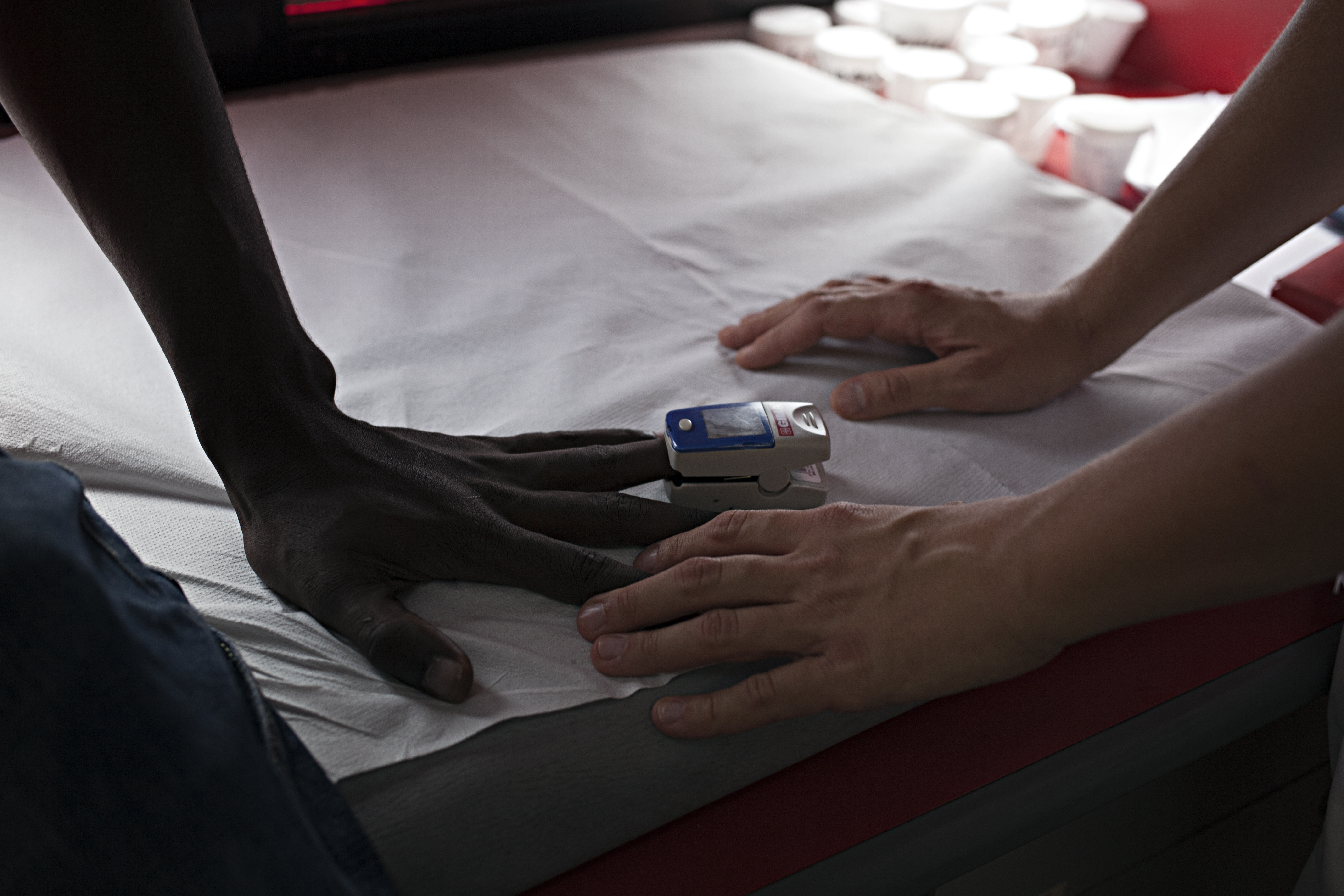 Le mani di un paziente e di un medico EMRGENCY durante una visita