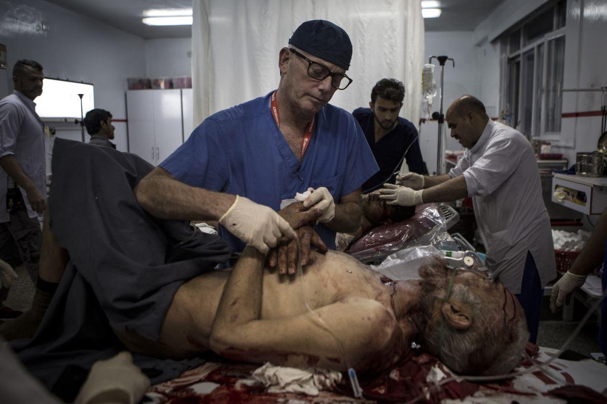 Un medico al lavoro all'ospedale di EMERGENCY a Kabul