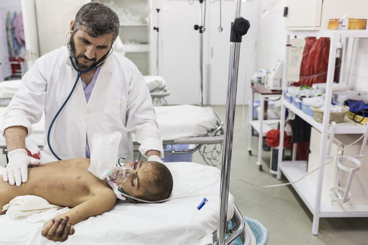 Un bambino viene preparato prima di entrare in sala operatoria
