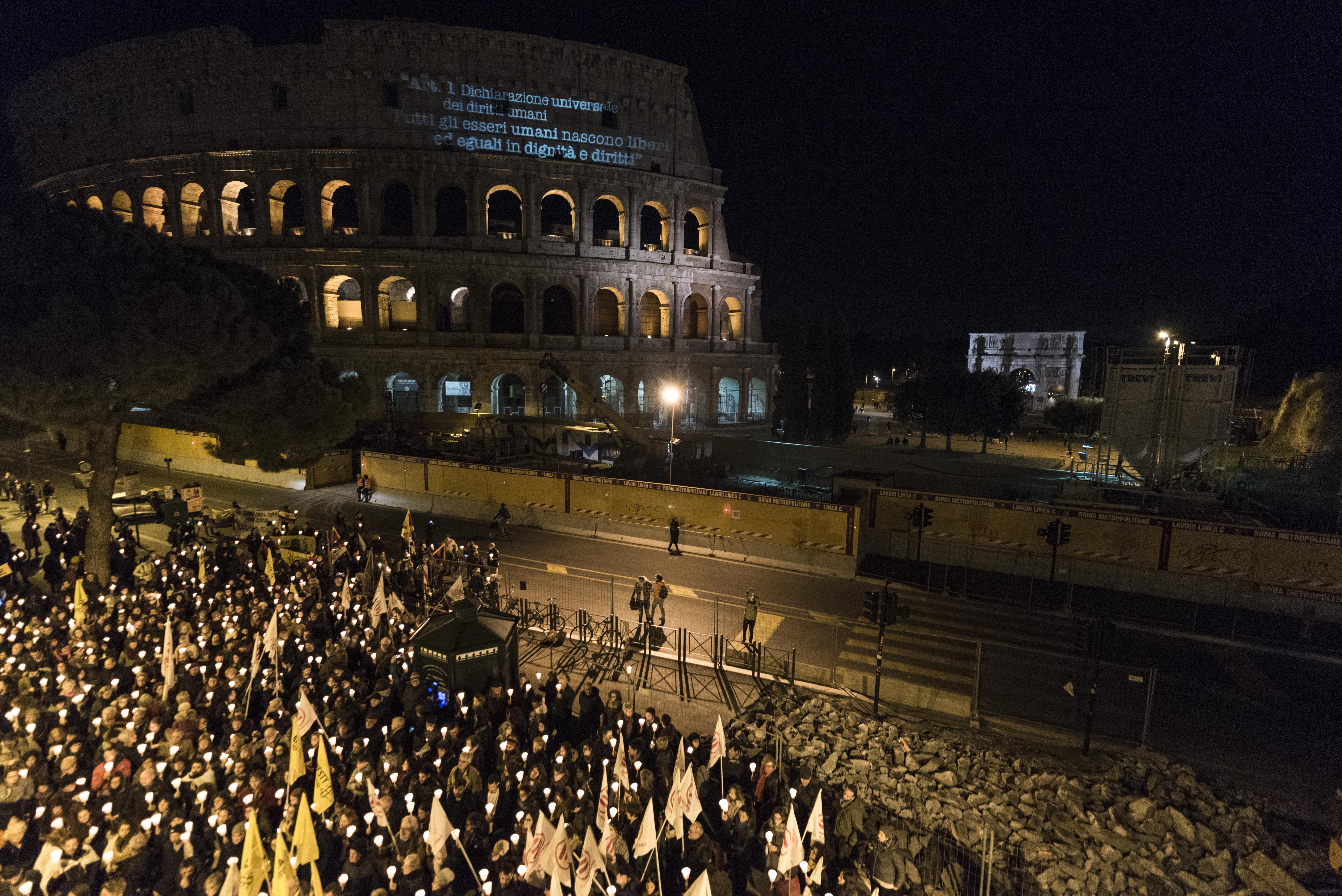 I partecipanti della fiaccolata davanti al Colosseo