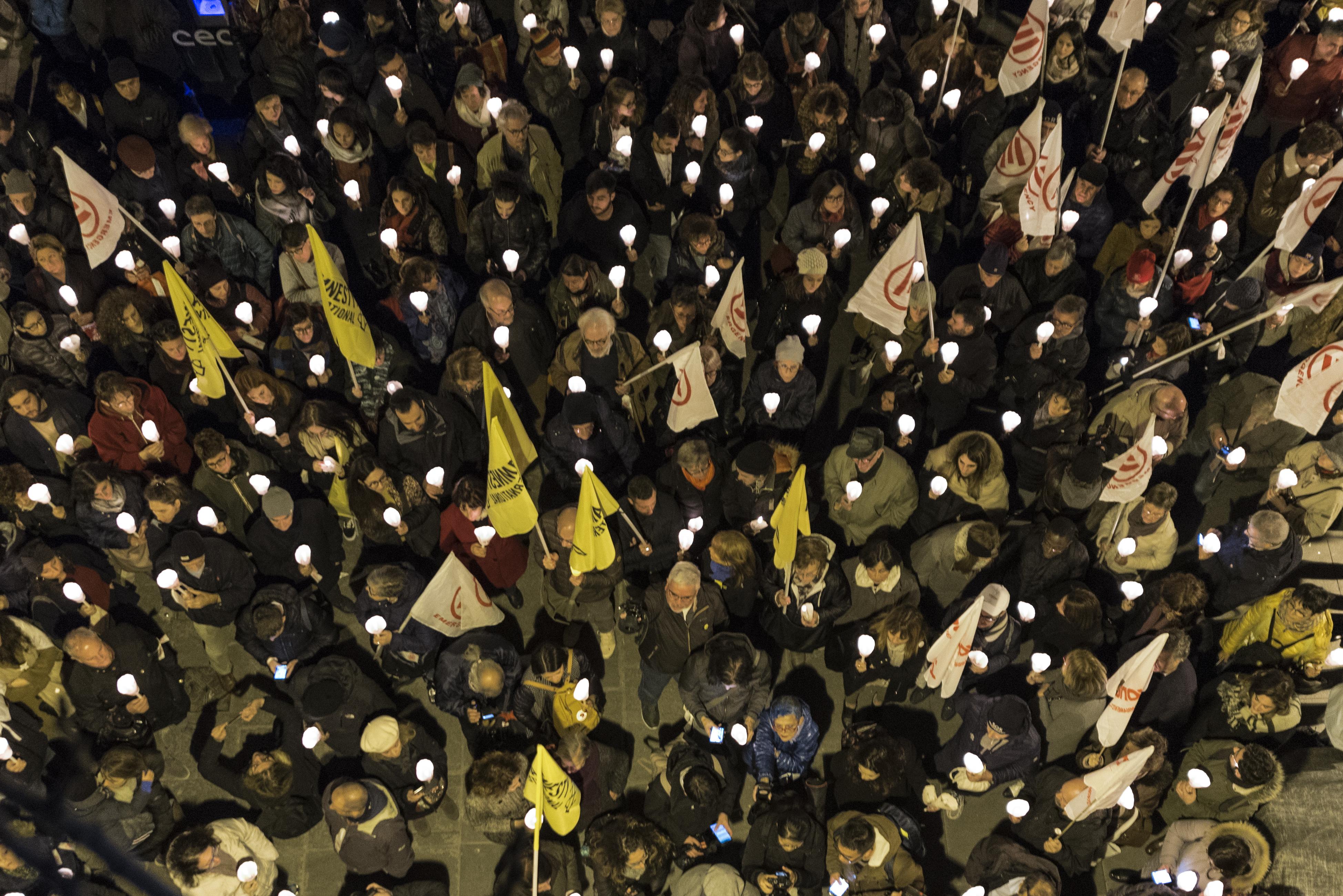 I partecipanti di una delle fiaccolate per Diritti a testa alta