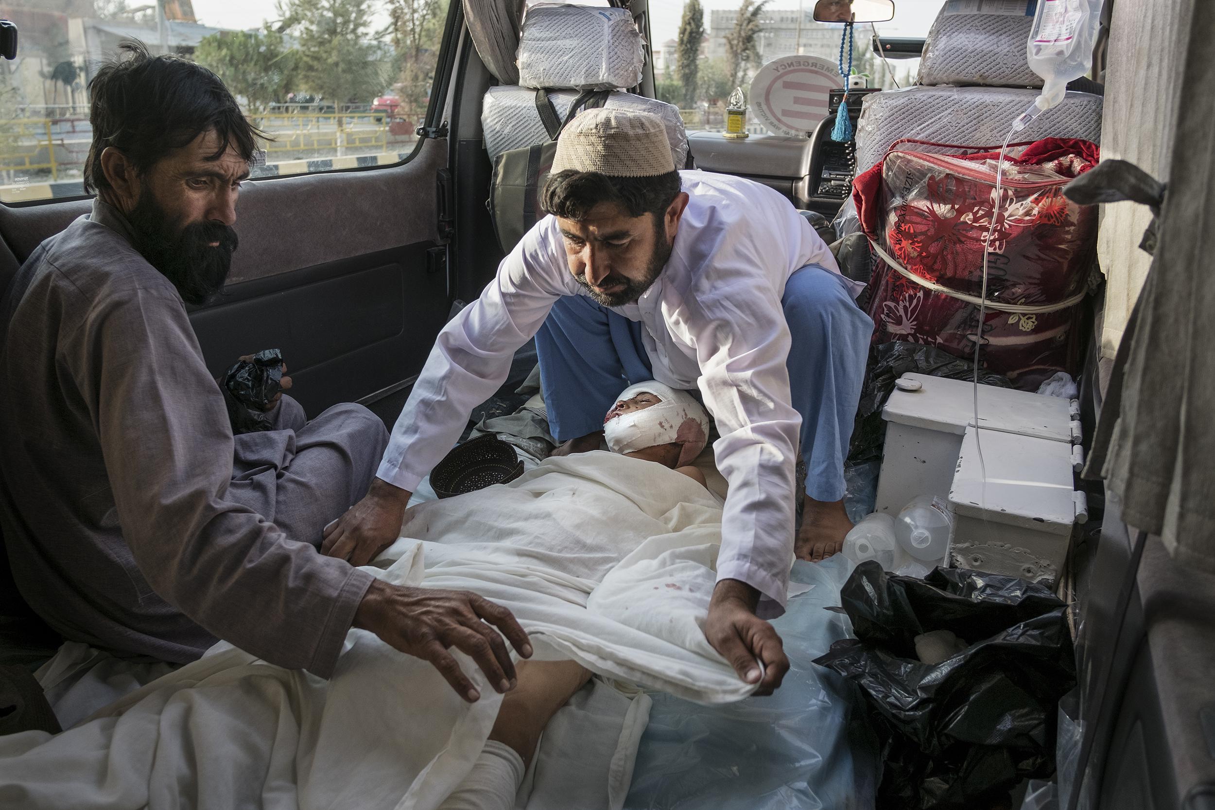 Khudai Noor viene trasportato in ambulanza al Centro per vittime di guerra di EMERGENCY a Lashkar-gah