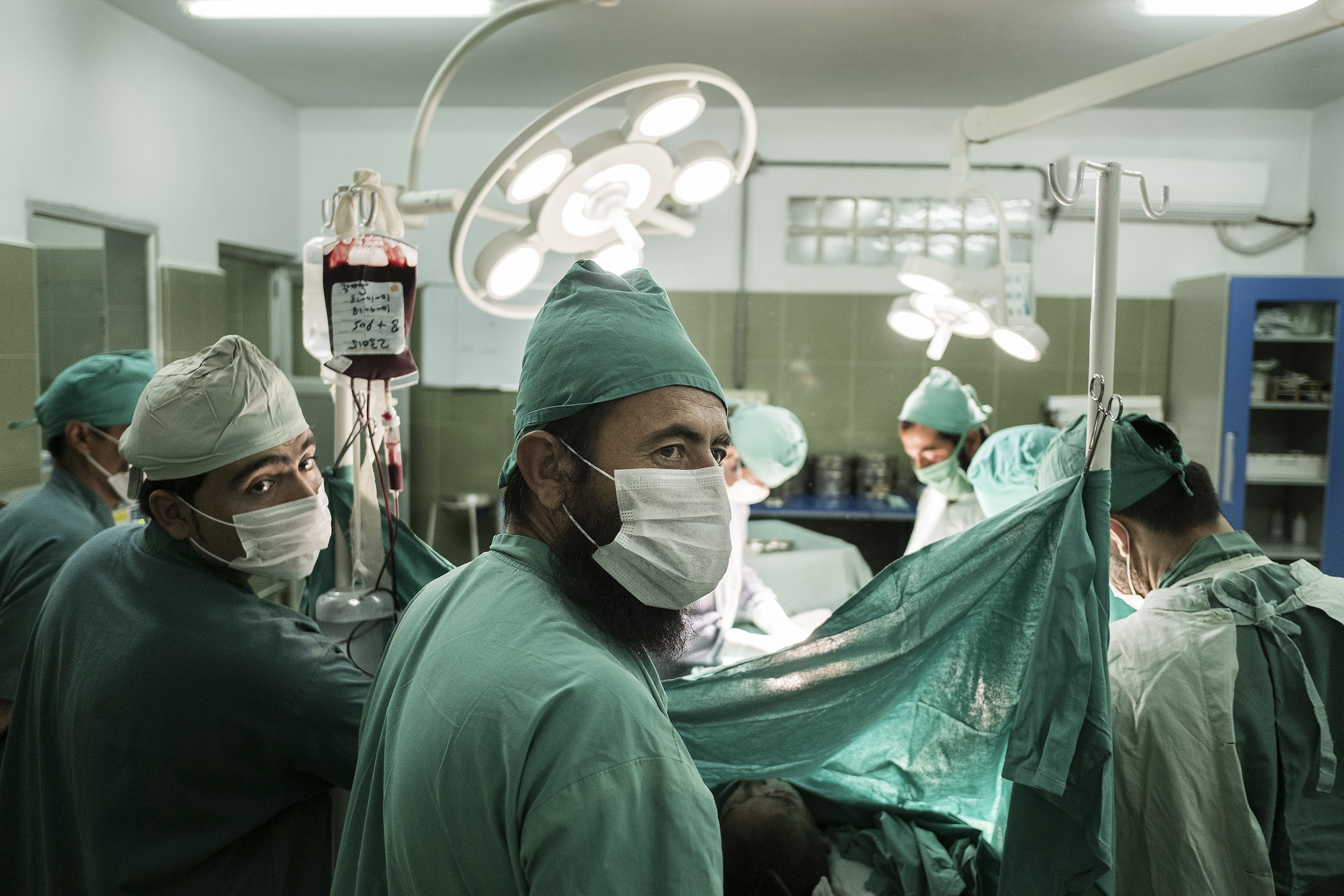 I chirurghi di EMERGENCY prima dell'operazione a Khudai Noor