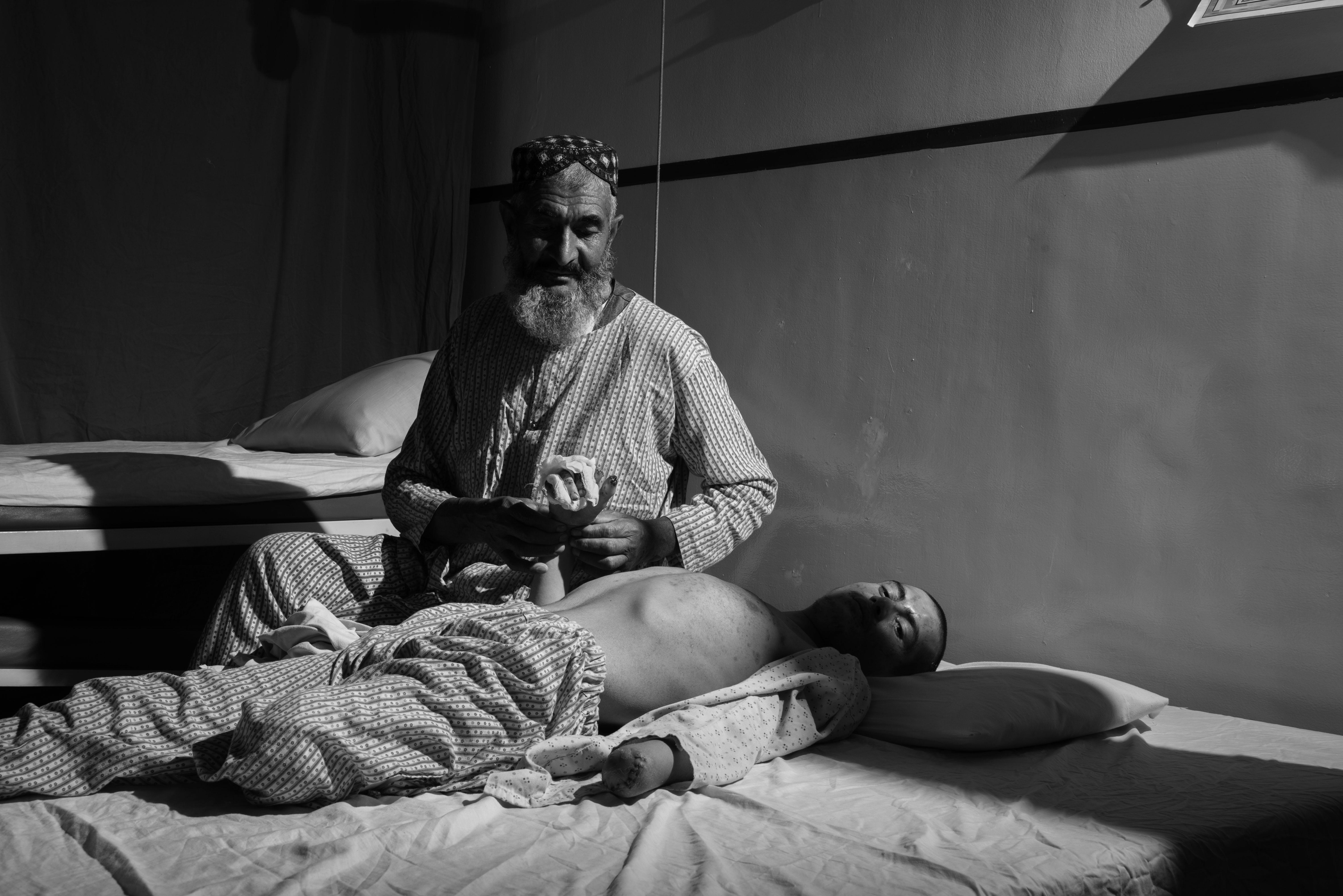 Omar assiste suo figlio Nadim al Centro chirurgico per vittime della guerra