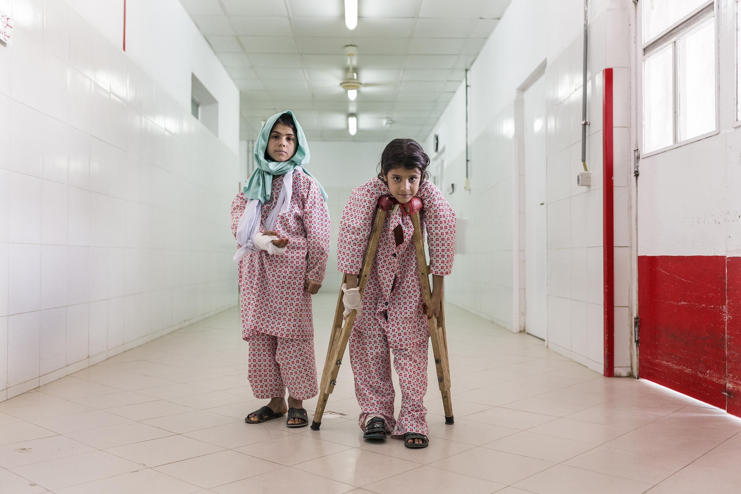 Walas Bibi e Zubadia nel corridoio dell'ospedale di EMERGENCY
