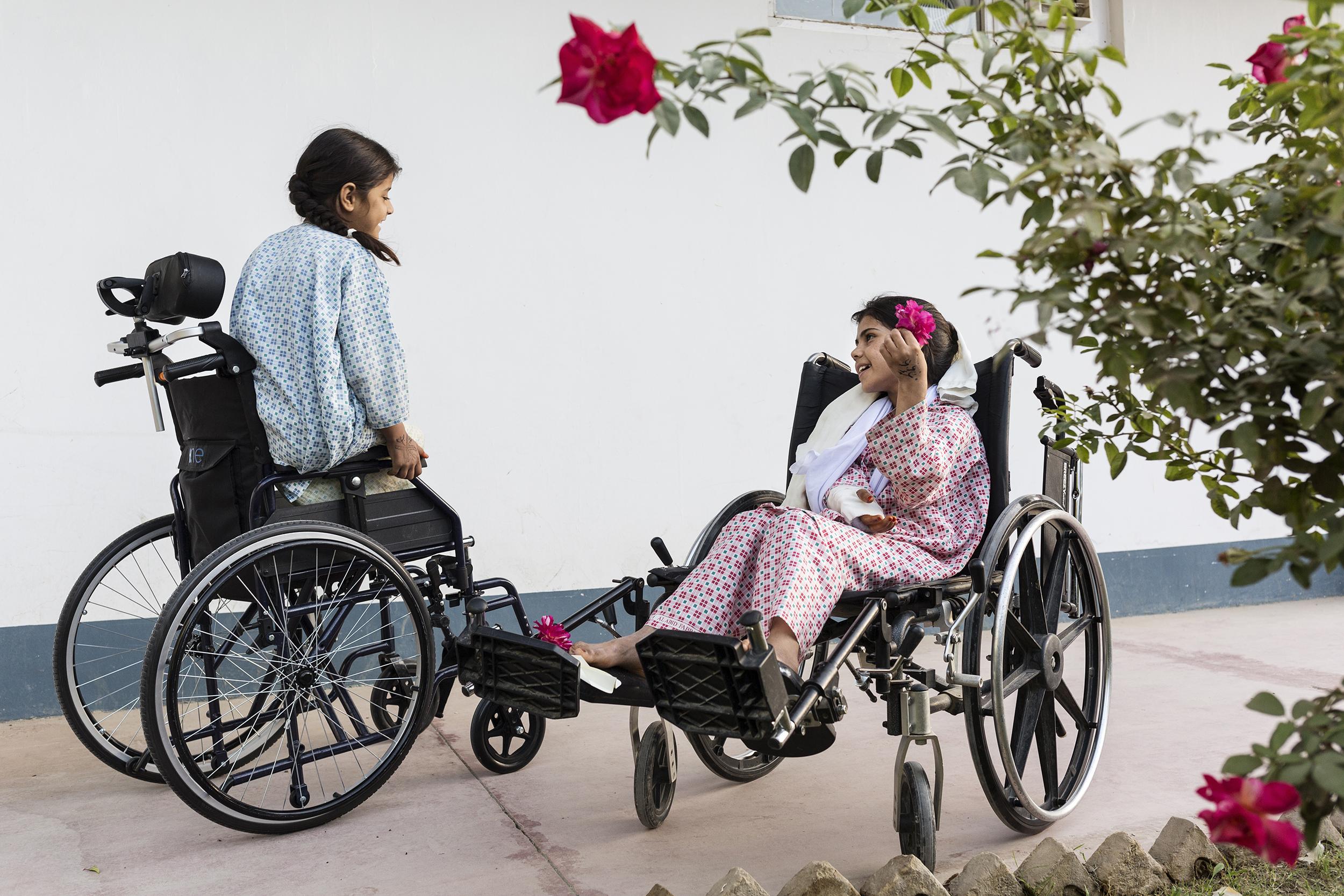Walas Bibi e Zubadia giocano nel giardino dell'ospedale di EMERGENCY
