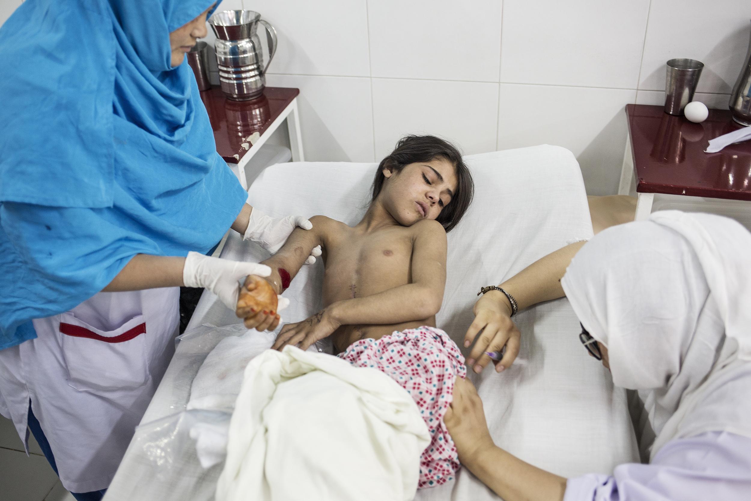 Walas Bibi mentre riceve le medicazioni giornaliere all'ospedale di EMERGENCY