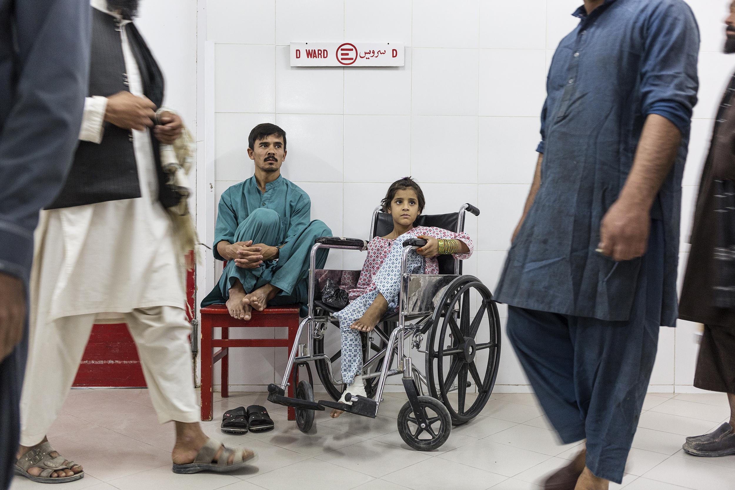 Zubaida attende insieme ad un inserviente dell'ospedale la fine dell'incontro con la famiglia della sua amica