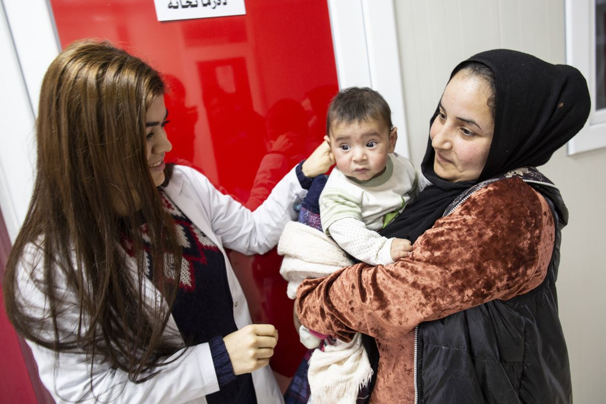 La dottoressa che ha visitato Aiham saluta il bambino e sua mamma