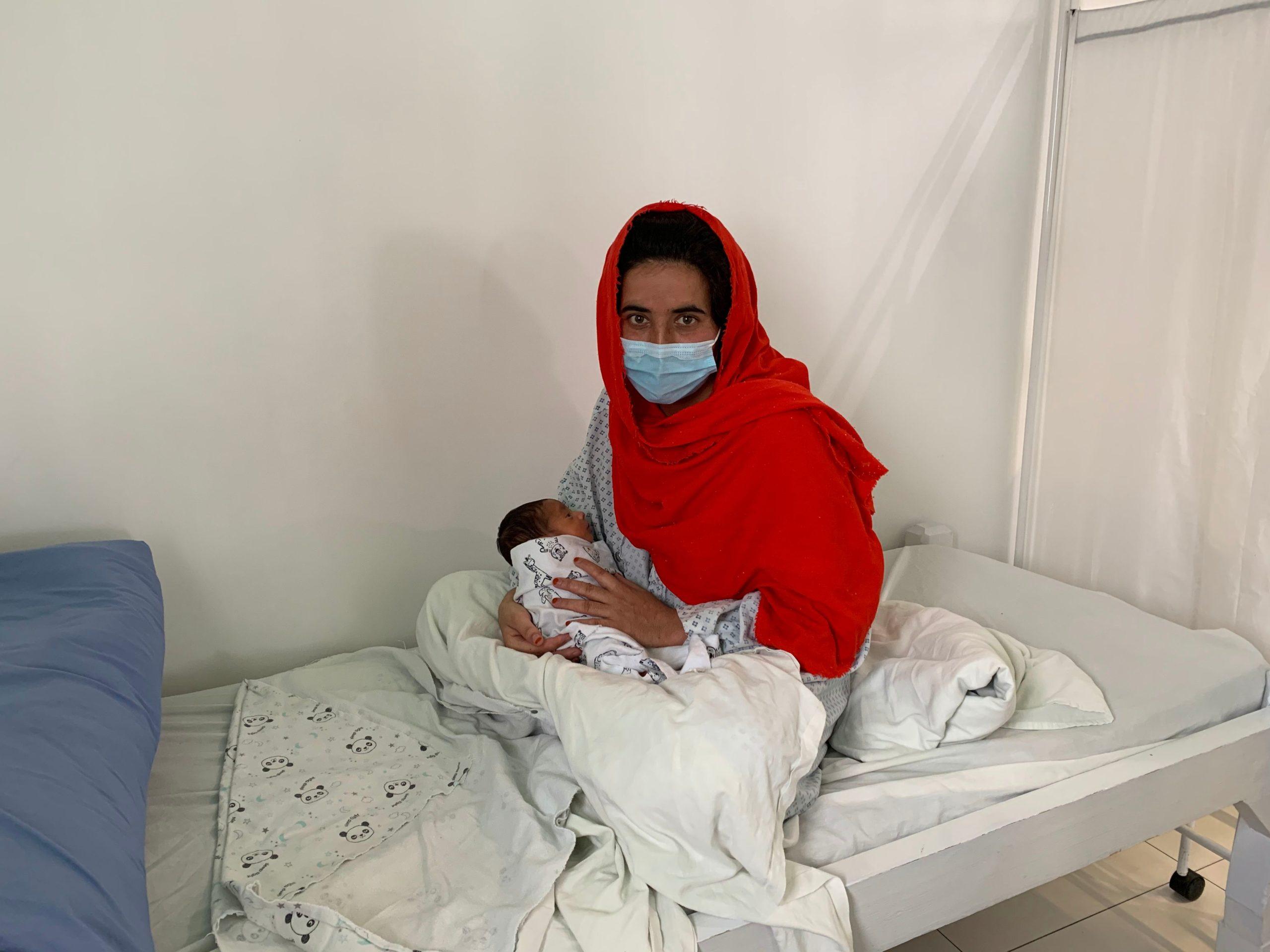 Sharifa con in braccio il suo bambino